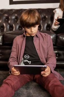 Chłopiec w domu z tabletem