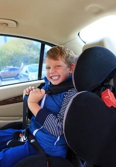Chłopiec w foteliku samochodowym