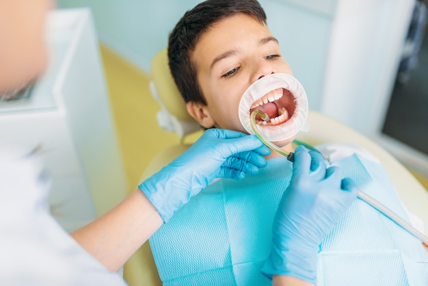 Chłopiec w gabinecie stomatologicznym, usuwanie próchnicy