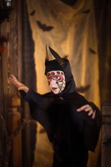 Chłopiec w garniturze nietoperza, na tajemnicze dzieciństwo halloween