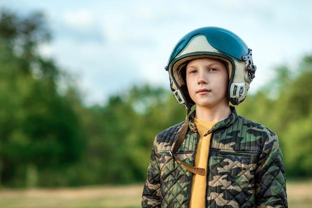 Chłopiec w hełmie pilota