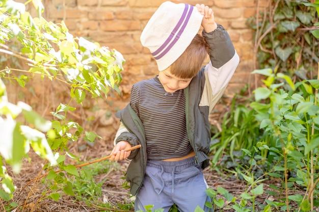 Chłopiec w kapeluszu na zewnątrz