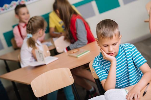 Chłopiec w klasie czytania