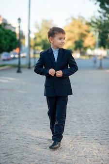 Chłopiec w klasycznym granatowym biznesowym kostiumie przyszłego burmistrza