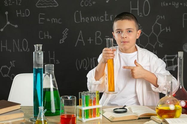 Chłopiec w laboratorium robi testy