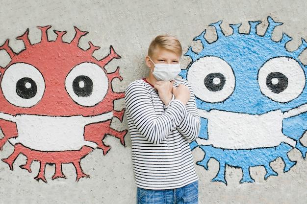 Chłopiec w masce medycznej. koncepcja kwarantanny i ochrony przed zanieczyszczonym powietrzem. koronawirus, choroba, infekcja. wirus kwarantanny i ochrony, grypa, epidemia covid-19.