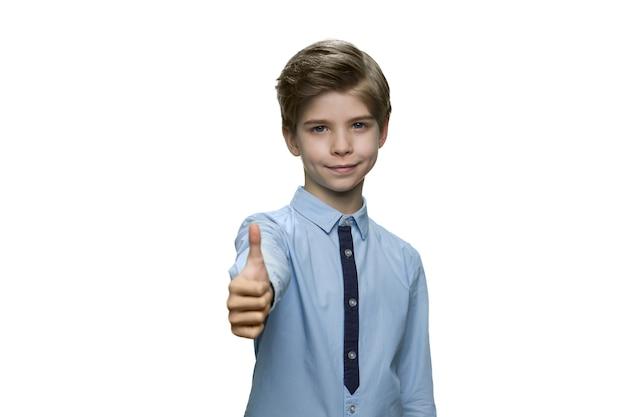 Chłopiec w niebieskiej koszuli pokazujący znak ok z kciukiem do góry