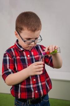 Chłopiec w okularach jako naukowiec