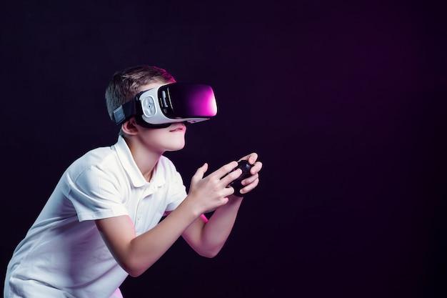 Chłopiec w okularach vr, grając z gamepadem