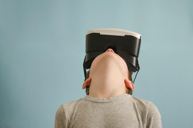 Chłopiec w okularach wirtualnej rzeczywistości