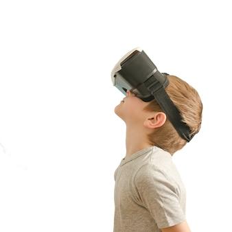 Chłopiec w okularach wirtualnej rzeczywistości.