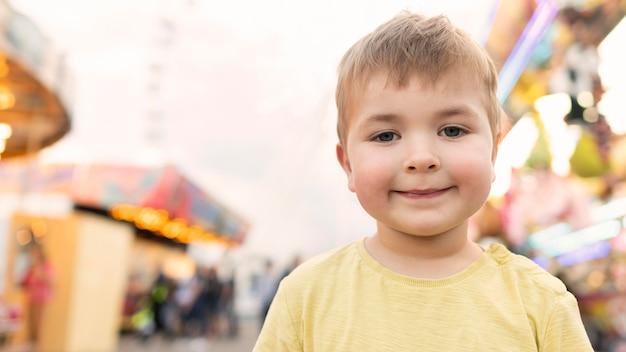 Chłopiec w parku rozrywki