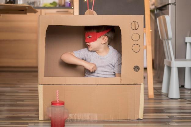 Chłopiec w pudełku telewizyjnym kreskówki