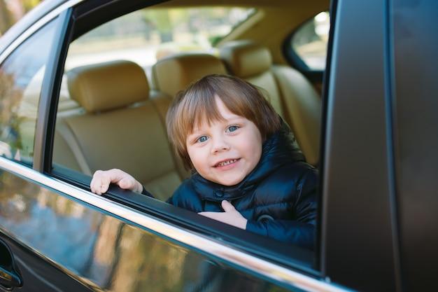Chłopiec w samochodzie.