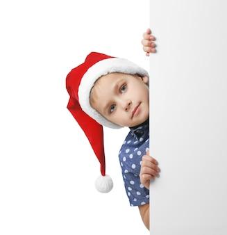 Chłopiec w santa hat na białym tle, z bliska