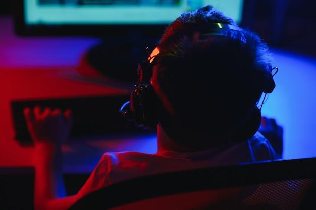 Chłopiec w słuchawkach gra.