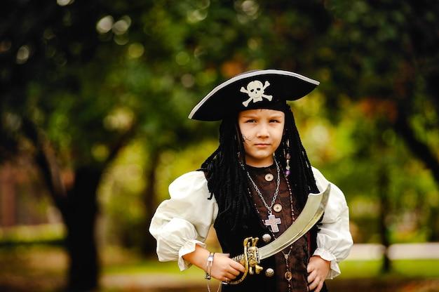 Chłopiec w stroju pirata na halloween