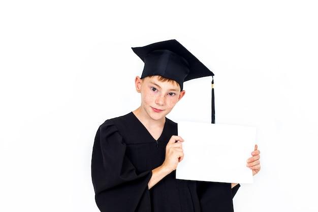 Chłopiec w studenckim kapeluszu trzyma pusty billboard