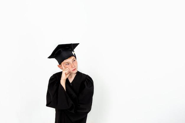 Chłopiec w studenckim kapeluszu. wiedza, wykształcenie i udana kariera