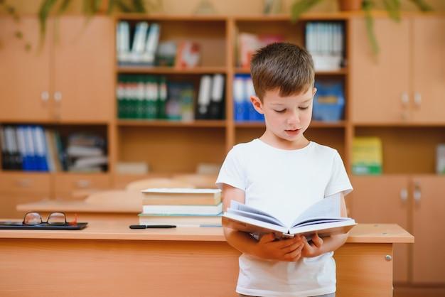 Chłopiec w szkolnej klasie. powrót do szkoły.