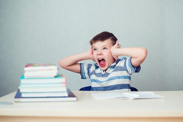 Chłopiec wariuje w odrabianiu prac domowych