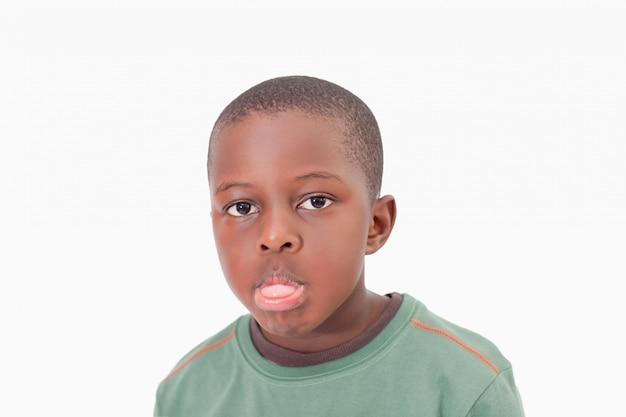 Chłopiec wystaje mu język