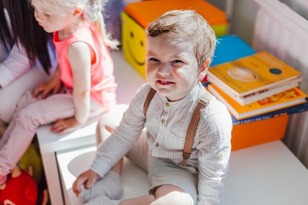 Chłopiec wzbudzony w klasie