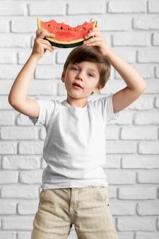 Chłopiec z arbuzem