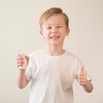 Chłopiec z dezynfekcją rąk