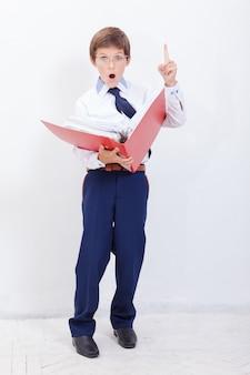 Chłopiec z folderami
