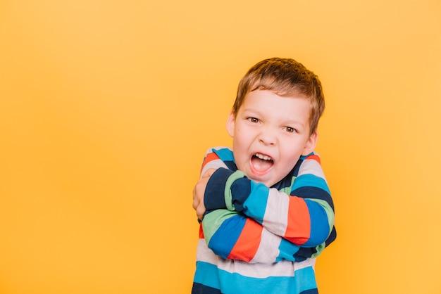 Chłopiec z gniewnym wyrażeniem