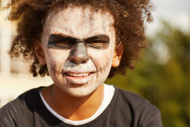 Chłopiec z halloween makijażem