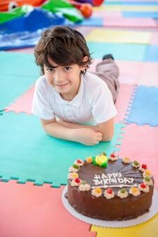 Chłopiec z jego birhday ciasto