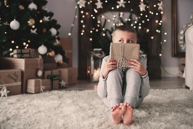 Chłopiec z jego prezentem świątecznym