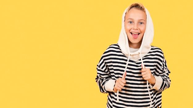 Chłopiec z języka na sobie bluzę z kapturem
