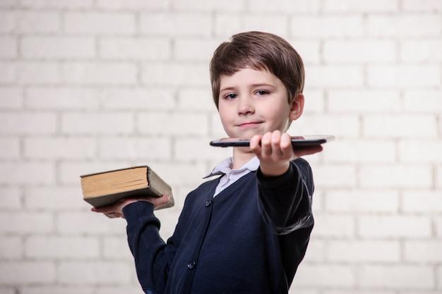 Chłopiec z książką na białym tle