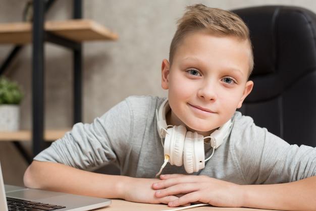 Chłopiec z laptopem w biurze