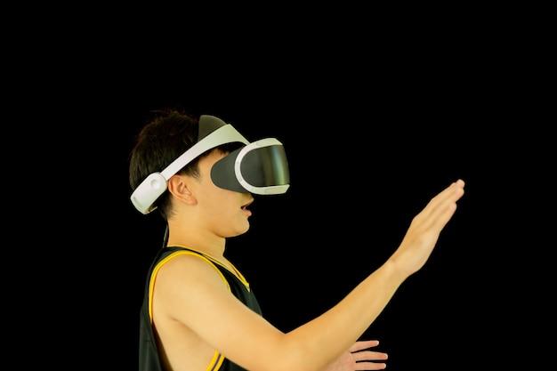 Chłopiec z maską, grając w gry noszenie okularów z palcem skierowanym w górę.