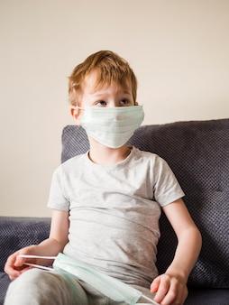 Chłopiec z maską w domu