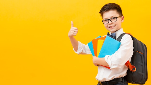Chłopiec z miejsca kopiowania wykazujące znak ok