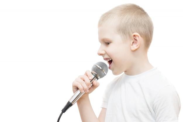 Chłopiec z mikrofonem