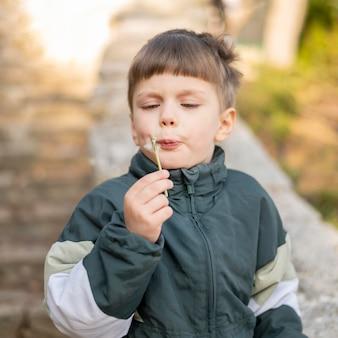 Chłopiec z mniszkiem lekarskim
