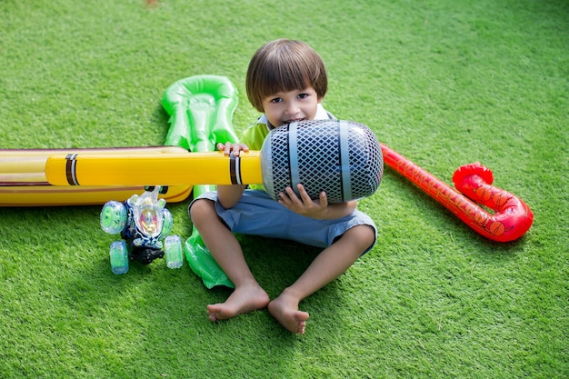 Chłopiec z nadmuchiwanym mikrofonem na przyjęciu urodzinowym dla dzieci.