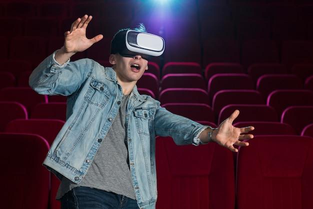 Chłopiec z okularami vr w kinie