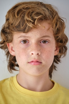 Chłopiec z piegami na twarzy i brązowymi włosami