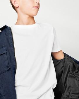 Chłopiec z prostym t-shirtem i czarnym swetrem