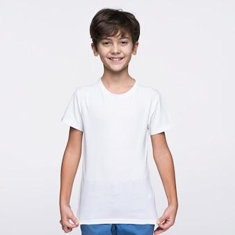 Chłopiec z przodu ciągnąc koszulę