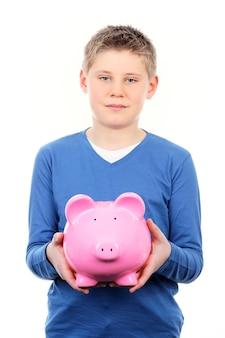 Chłopiec z różową skarbonką na białej przestrzeni