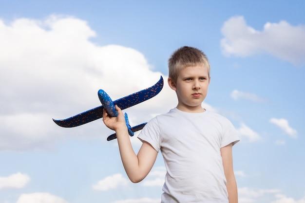 Chłopiec z samolotowym nieba tłem