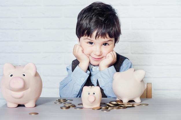 Chłopiec z świniowatym prosiątko bankiem